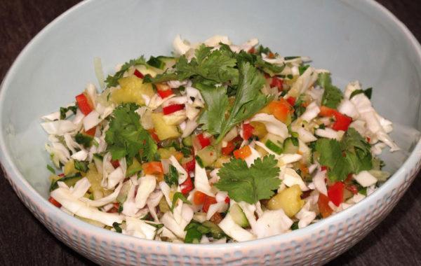 Salade de chou à la salsa d'ananas et de coriandre