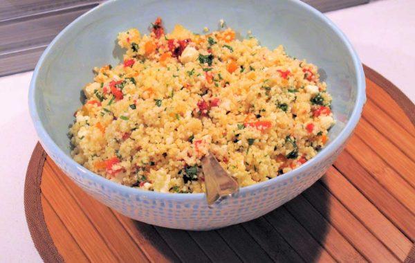 Salade de couscous au féta, tomates séchées, amandes tranchées et poivrons