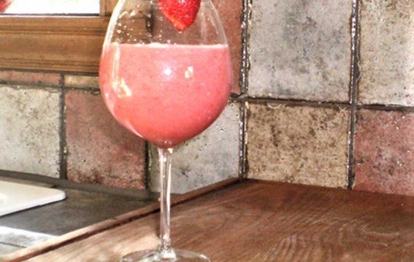 Jus frais rafraichissant au melon d'eau, fraises et amandes