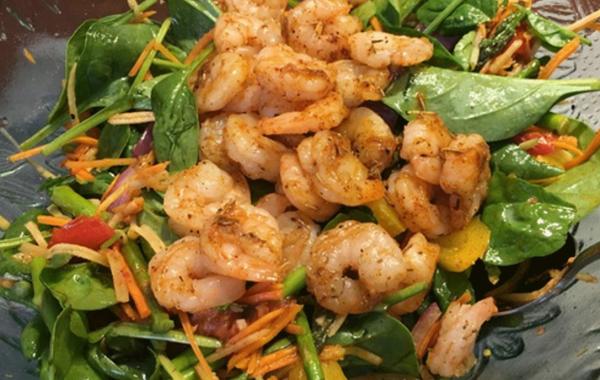 Salade aux légumes grillés et aux crevettes, vinaigrette maison