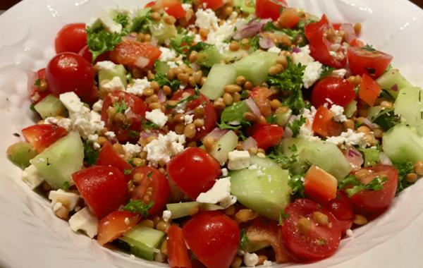 Salade aux lentilles, tomates cerises, concombres et au feta