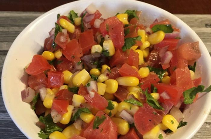 Salsa mexicaine avec tomates, maïs et coriandre fraiche
